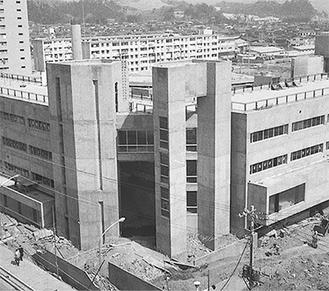 現金沢区総合庁舎の建設中の様子も見ることができる(1971年3月16日撮影)、出典:金沢区役所