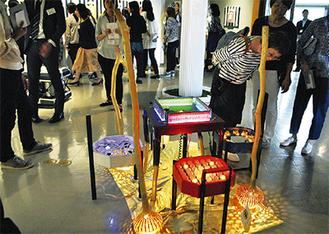 会場となった会社の様々なところに作品が展示される