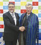 握手を交わす窪田学長と駐日大使(左)