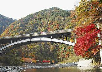 紅葉する道志川
