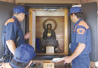 文化財の状況を確認する消防署職員(金沢消防署提供)