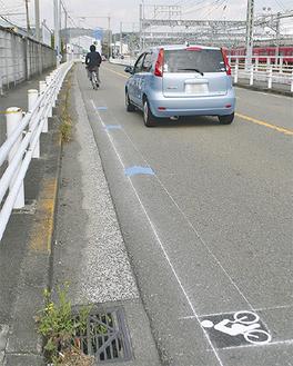 車道の左側に表示し、自転車の走行を示す