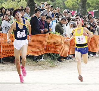 僅差でゴールする大津中の小野田選手(左)と金沢中の鈴木選手