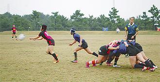 熱戦を繰り広げる女子選手たち