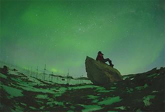 東オングル島迷子沢のほとりで見上げるオーロラ=本人提供
