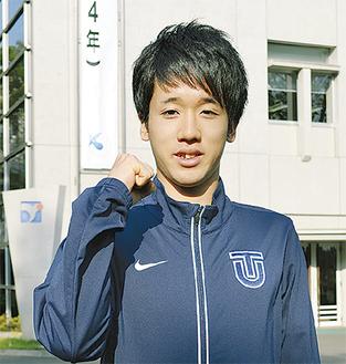 東洋大学のキャンパスでガッツポーズする松永選手