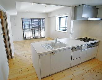 無垢床材とキッチンの施工例