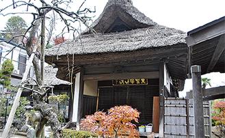 金沢八景駅からも見える茅葺屋根