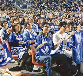 横浜スタジアムで声援を送るベイファン