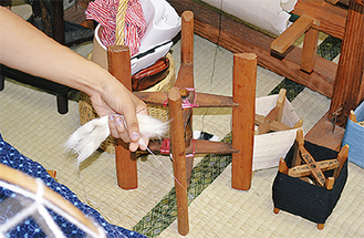 綿花から糸を紡ぐ