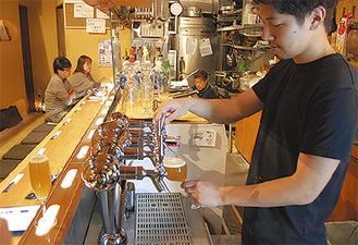 「ビールの苦手な若い人にも味わってほしい」と話す笹川店長(右)
