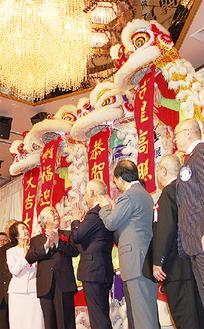 獅子舞とともに春節を祝う来賓