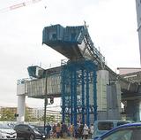 16号横断の橋桁を架設