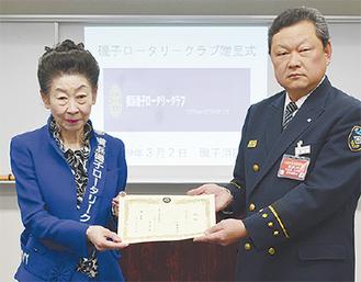 目録を増田署長に手渡す柳下会長(左)