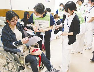左足を負傷した模擬患者に対応