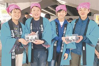 竹炭クッキーをPRする田子さん、山路さん、中西さん、天野さん(右から)