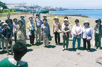 海岸で歌う参加者(赤岡さん提供)