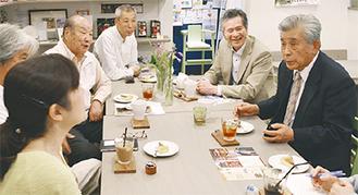 交流を図る多田町長(右)、五十嵐さん(左)ら