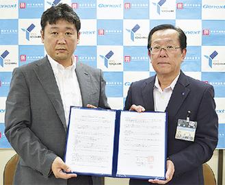 覚書を持つ笠原代表(左)と中島泰雄道路局長