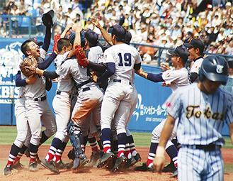 優勝を決め喜びを爆発させる横浜高校ナイン