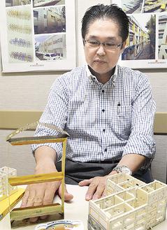 模型を使い耐震について説明する矢野さん