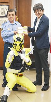 稲葉署長(左)と秋山豊宏磯子郵便局長。中央は振り込まセンジャー