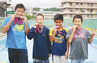 メダルを手に喜ぶ飯島さん、田橋さん、伊藤さん、杉山さん(左から)