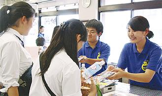 学生が海苔を無料配布