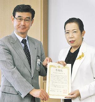 表彰状を受け取る岡会長(右)