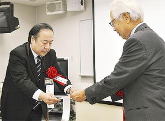 表彰された石上准教授(左)