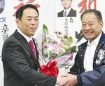 花束を受け取る篠原氏(左)
