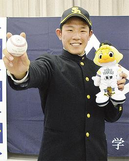 ソフトバンクのマスコットを持つ増田選手