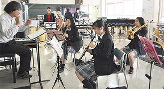 本番に向け練習する吹奏楽部