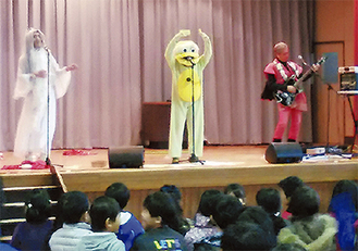 児童を前に歌う妖怪プロジェクト(紫朋会提供)