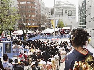 例年多くの新成人が新横浜に集う