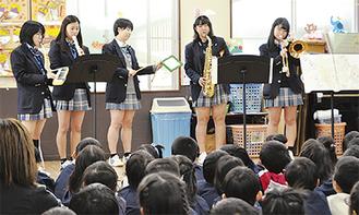 生徒5人が音楽劇を演奏