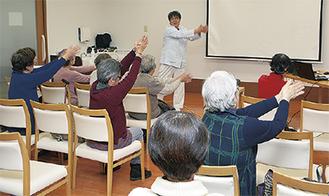 古澤さん(奥)の指導で体操する参加者