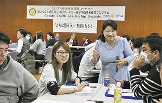 参加者にアドバイスする講師の秋山さん