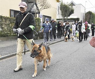 パトロールに出動する隊員と愛犬