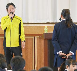 生徒の質問に答える遠藤さん(左)