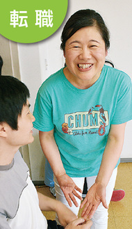 笑顔で利用者とふれ合う平岡さん