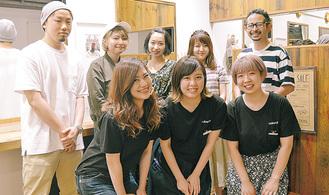 中島さん(後列右)と同店スタッフ