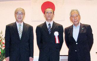 表彰された石山隆さん(中央)