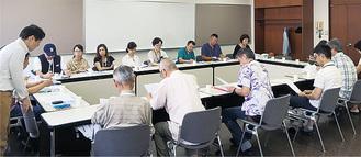 決起大会であいさつする姫野さん(左)(写真提供・実行委員会)