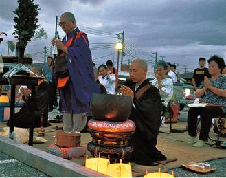 野島に向い法要する鈴木住職(左)ら