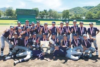 準優勝を喜ぶ横浜東金沢リトルシニアのナイン(提供:同リトルシニア)