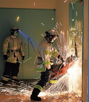 エンジンカッターを使い、鉄製の扉を切断する訓練