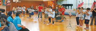 ロックバンドと金管楽器の異色のコラボになった初舞台