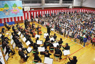 校歌を歌う児童と演奏する横浜管弦楽団