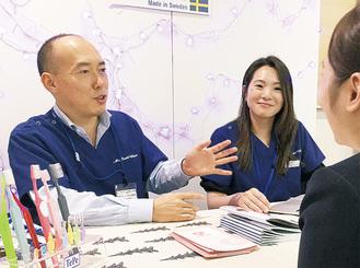 イベントで歯科予防について話す田中院長(左)